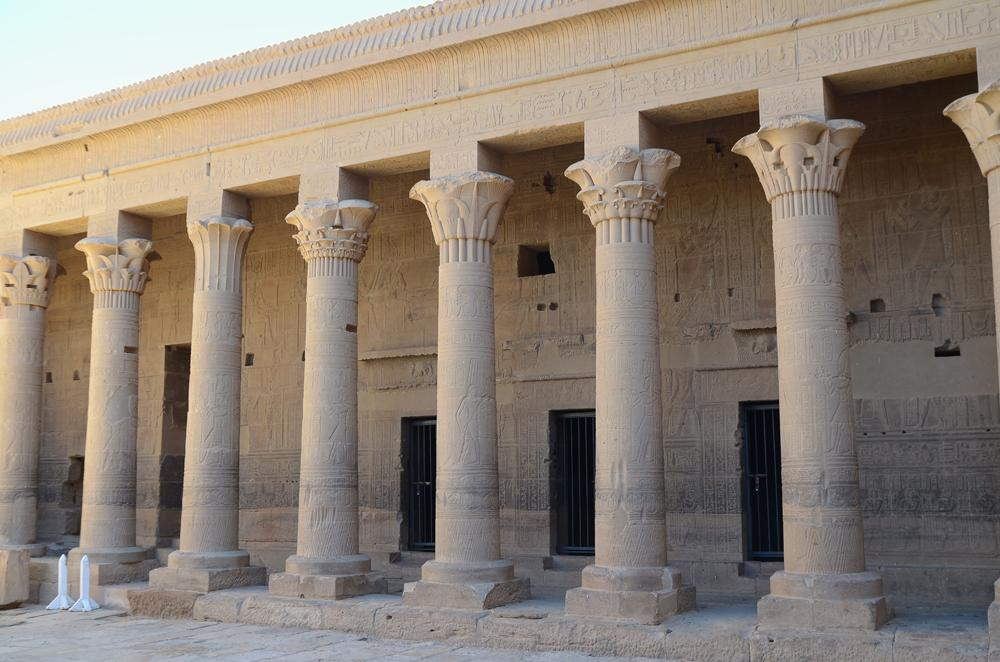 greek architecture in egypt Egyptian, about 2530-2470 bc, architecture political/religous, pyramids of cheops, chefren, and mycerinus, oldest of 7 wonders of the world, symbol or power these pyramids followed urine's belt and points to the dagger's tip.